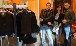 Les membres de l'association la Cravate solidaire proposent des costumes et tailleurs gratuits aux demandeurs d'emploi.