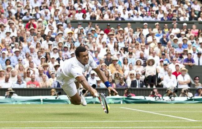 Jo-Wilfried Tsonga lors de quart de finale face à Roger Federer, à Wimbledon, le 29 juin 2011