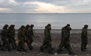 Des soldats russes patrouillent les côtes de la mer Noire à Sotchi le lendemain de la chute d'un avion militaire russe, le 26 décembre 2016.