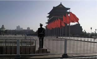 Pour l'occasion, la place Tiananmen est pavoisée de rouge et surveillée de près.