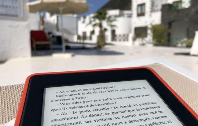 Même en plein soleil, l'écran d'une liseuse reste parfaitement lisible.