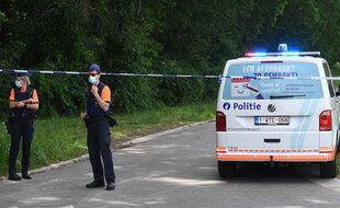 Des policiers belges protègent le périmètre où le corps d'un militaire radicalisé a été découvert, le 20 juin 2021.