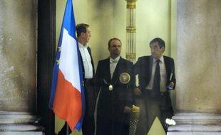 Nicolas Sarkozy a renommé dimanche à Matignon François Fillon, dont la nouvelle équipe ne compte plus les centristes Jean-Louis Borloo et Hervé Morin, mais qui fait la part belle aux ex-RPR, avec le retour d'Alain Juppé qui devient numéro 2 du gouvernement.