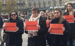 Caroline De Haas (au centre) et des militantes féministes le 24 novembre 2017 à Paris.