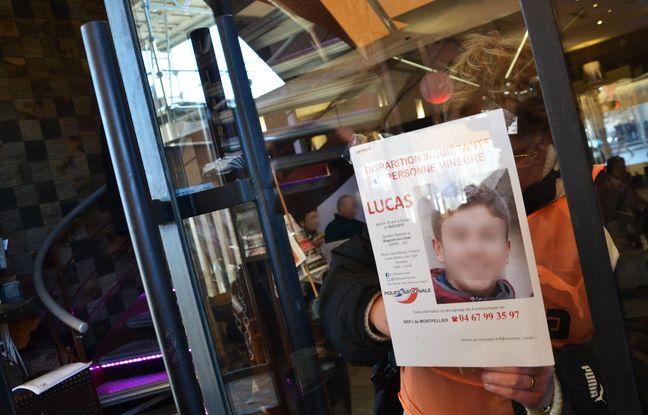 Une bénévole affiche un avis de recherche de Lucas Tronche (Archives)