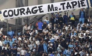Les supporters de l'OM encouragent Bernard Tapie.