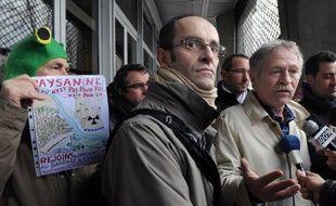 L'eurodéputé écologiste José Bové a réclamé vendredi à Albi le gel d'un projet de barrage dans le Tarn fortement décrié par des opposants auquel il est venu apporter son soutien, demandant la nomination d'un médiateur.