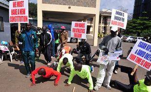 Des athlètes kenyans manifestent devant le siège de la fédération, le 23 novembre 2015 à Nairobi.