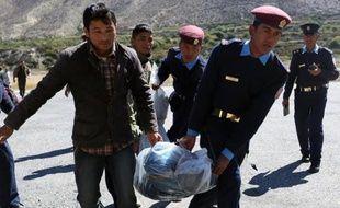 Des policiers népalais transportent les corps de randonneurs tués dans une avalanche à Jomsom le 17 octobre 2014