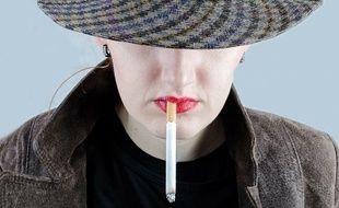 Illustration d'une femme qui fume. Depuis les années 1970, les femmes fument davantage qu'avant, ce qui entraîne d'importants problèmes de santé.