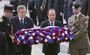 François Hollande et le président polonais Bronislaw Komorowski déposent une gerbe sur la tombe du soldat inconnu, à Paris, le 8 mai 2013.