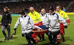 Le joueur de l'AS Moncao, Radamel Falcao, touché au genou lors d'un match de Coupe de France contre Chasselay le 22 janvier 2014