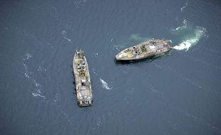Deux navires suédois à la recherche d'un sous-marin étranger dans les eaux autour de Stockholm, le 19 octobre 2014.
