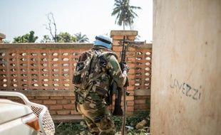 Un Casque bleu à Bangui, le 13 décembre 2015