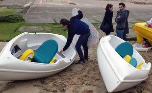 Florent, Rémy, Vincent et Katie vont traverser la Manche en pédalos.