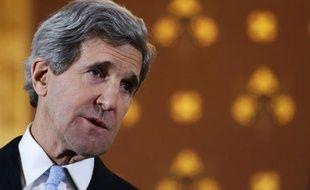 """Le secrétaire d'Etat américain John Kerry a réussi à convaincre lundi l'opposition syrienne et son chef de participer à une réunion internationale prévue jeudi à Rome avec onze pays afin de """"décider des prochaines étapes"""" qui permettraient de mettre fin à la guerre."""