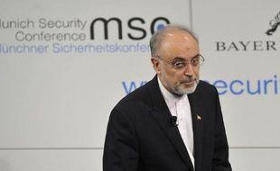"""Le ministre iranien des Affaires étrangères, Ali Akbar Salehi, a demandé aux Etats-Unis de prouver leur """"sincérité"""" avant d'entamer des négociations directes proposées par le vice-président des Etats-Unis Joe Biden, dans un entretien diffusé dimanche par Euronews."""