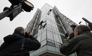 Des photographes devant le siège de Cambridge Analytica à Londres (image d'illustration).