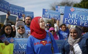 Des musulmans manifestent en Floride contre les propositions de Donald Trump avec des pancartes « les musulmans pour la paix ».