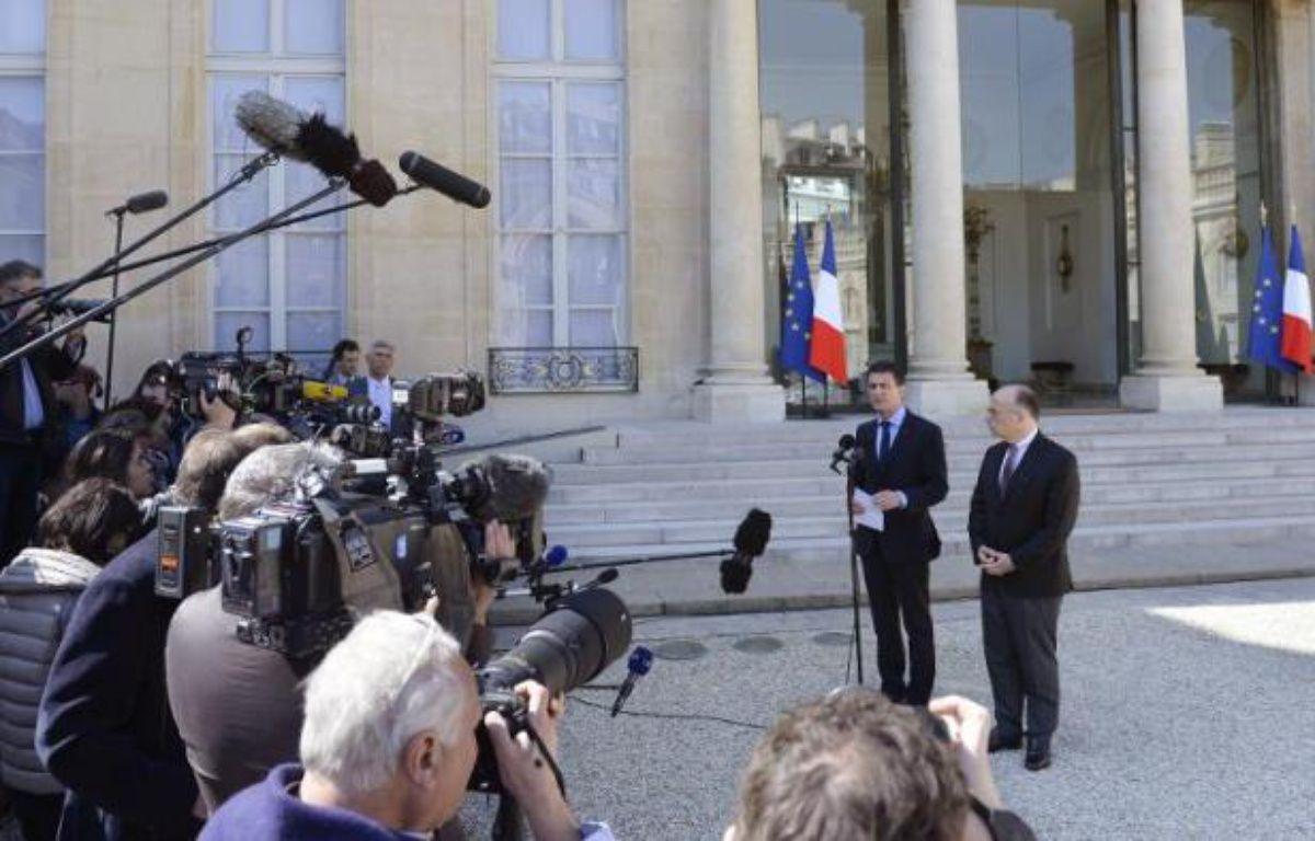 Le Premier ministre Manuel Valls réagit devant la presse à l'annonce d'un attentat déjoué, en présence du ministre de l'Intérieur Bernard Cazeneuve dans la cour de l'Elysée, le 22 avril 2015 à Paris – MIGUEL MEDINA AFP