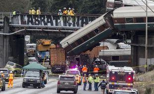 Des pompiers sur la scène de l'accident le 18 décembre 2017 entre Seattle et Portland dans l'tat de Washington.