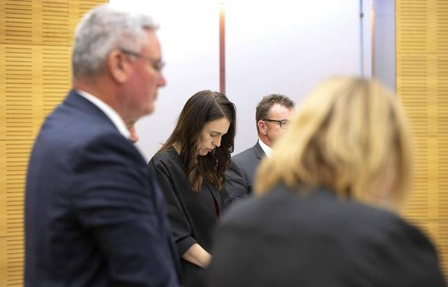 Jacinda Ardern a interrompu une réunion de son gouvernement et observé une minute de silence en hommage aux victimes de White Island.