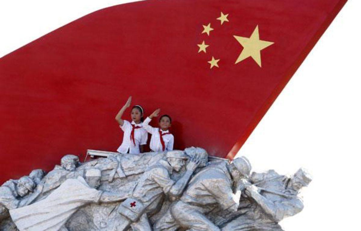 Des slogans proclamaient «Vive la pensée Mao Zedong» ou «Soutenir la théorie de Deng Xiaoping», tandis que sur la place, des panneaux soutenus par 80.000 écoliers permettaient d'en lire d'autres, comme «Le socialisme est bon». – SIPA