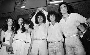 Izhar Cohen entouré du groupe Alphabeta après leur victoire à l'Eurovision 1978.
