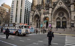 La police de New York bloque l'accès à la cathédrale St. John the Divine, le 13 décembre 2020.