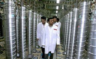 Le président iranien, Mahmoud Ahmadinejad, visite une usine d'enrichissement d'uranium, sur le site de Natanz, le 8 avril 2008.