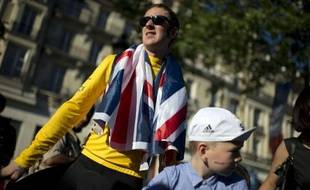 La tante de Bradley Wiggins a déclaré mardi qu'elle espérait que toute la publicité faite autour de la victoire de son neveu dans le Tour de France ferait émerger de nouvelles informations sur la mort mystérieuse du père de Wiggins en 2008.