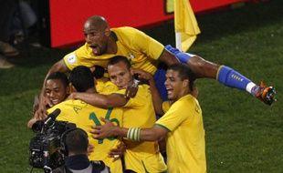 Le footballeurs brésiliens fêtant leur but face à l'Italie en Coupe des confédérations, le 21 juin 2009.