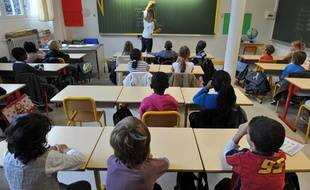 Illustration école primaire, élèves et professeur.