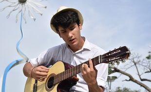 Un jeune homme en train de chanter