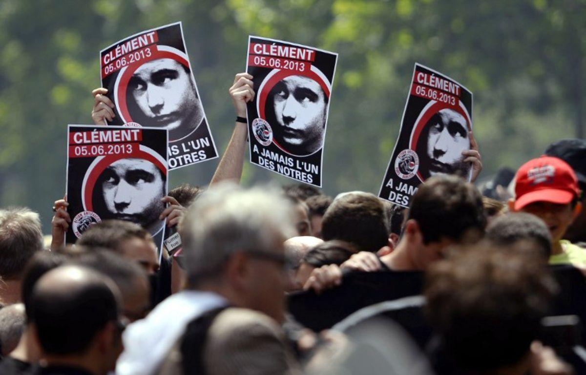 Des manifestants brandissant des portraits de Clément Méric, mort dans une rixe en juin 2013 à Paris – LIONEL BONAVENTURE / AFP