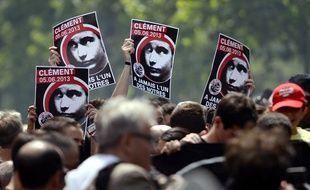Des manifestants brandissant des portraits de Clément Méric, mort dans une rixe en juin 2013 à Paris