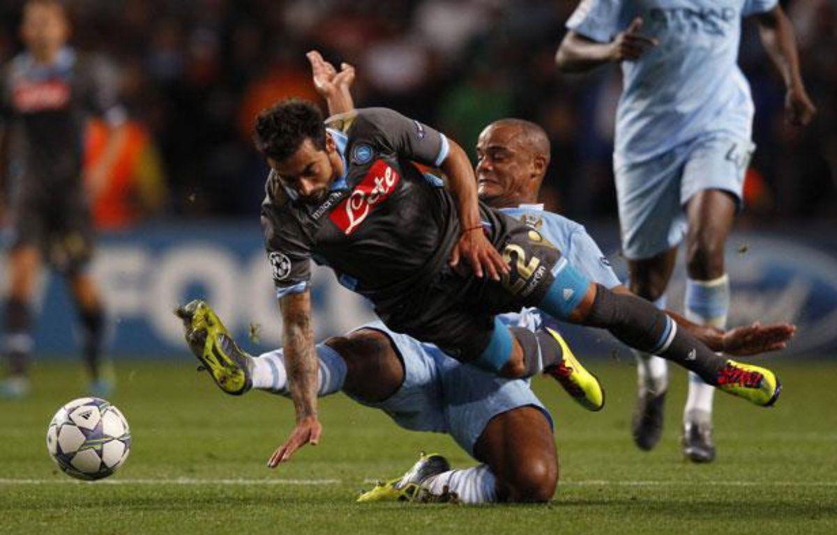 Vincent Kompany (en bleu) de Manchester City tacle Lavezzi de Naples, le 14 septembre 2011 – P.NOBLE/REUTERS