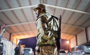 Illustration d'un soldat libyen près de Syrthe en Libye, le 18 février 2015.
