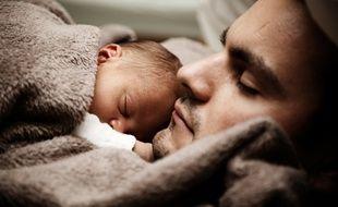 En France, la loi ne prévoit qu'un congé paternité facultatif de onze jours contre seize semaines, dont huit obligatoires pour la mère.