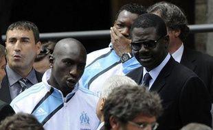 L'ancien président de l'Olympique de Marseille, Pape Diouf (D.), et les joueurs Mamadou Niang et Steve Mananda (G.), le 8 juillet 2009, lors des obsèques de l'homme d'affaires Robert-Louis Dreyfus, principal actionnaire du club, décédé le 4 juillet d'une leucémie à 63 ans.