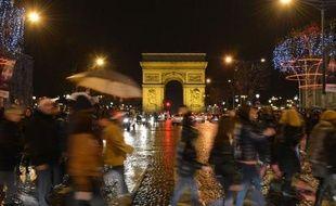 Malgré le froid, le vent, la pluie et de nombreuses restrictions, ils étaient des milliers, lundi soir, à affluer sur les Champs Elysées pour célébrer l'arrivée de la nouvelle année.