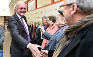 Alain Rousset, lors de son vote dimanche 13 décembre 2015 à Pessac (Gironde)
