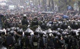 Les manifestants, ainsi que leurs tentes, avaient été délogés au début de la matinée de l'artère centrale de la ville, l'avenue Roustaveli. Revenus en force, ils ont rompu un cordon de police, qui a commencé à les frapper à coups de matraque. Les opposants ont alors riposté en jetant pierres, bouteilles et bâtons.