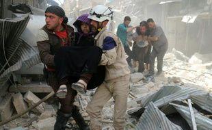 Des blessés extraits des décombres après un bombardement le 27 avril 2016 à Alep en Syrie