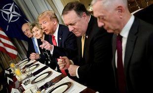 Donald Trump à un petit-déjeuner avant une réunion de l'Otan, le 11 juillet 2018, à Bruxelles, avec John Kelly (gauche), Mike Pompeo et Jim Mattis (à droite).
