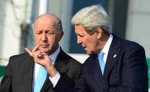 Le ministre français des Affaires étrangères Laurent Fabius (g) et le secrétaire d'Etat américain John Kerry à Lübeck, dans le nord de l'Allemagne, le 15 avril 2015
