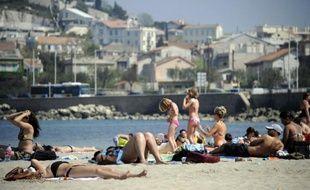 Quelque 25.000 mégots de cigarettes ont été ramassés en une journée sur des plages de Marseille, a dénoncé lundi l'antenne de la Surfrider Foundation dans les Bouches-du-Rhône, en soulignant qu'un seul d'entre eux pollue 300 litres d'eau.