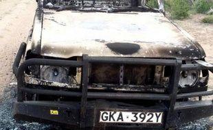 Photo prise le 26 mai 2015 à Garissa d'un véhicule de police calciné après une embuscade de militants de la branche d'Al-Qaïda en Somalie