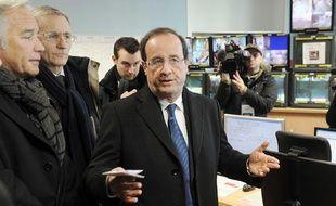 François Hollande à Dijon, lors d'un déplacement sur le thème de la sécurité dans la ville dirigée par François Rebsamen (à sa droite, avec l'écharpe grise et noire).