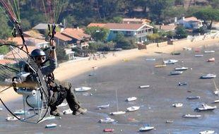 Guillaume Canet en paramoteur au-dessus de la côte du Cap-Ferret